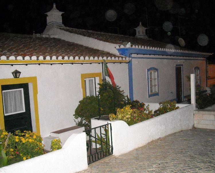 casa con ventanas de colores en cacela velha
