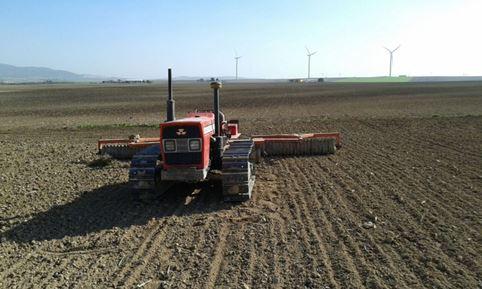 Tractor con rulo para igualar terreno
